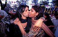 Pakistan - Hijra, les demi-femmes du Pakistan - Lors de la fête du saint soufi Baba Masta Wali Sarkar, une centaine d'Hijra se retrouvent dans des campements. Ils se rendent chaque jour sur la tombe en procession et se donnent en spectacle. //Pakistan. Punjab province. Hijra, the half woman of Pakistan