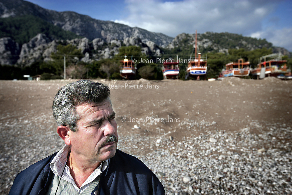 Turkije,Cirali, Antalya ,27 november 2007..Een bijna verlaten strand van het kustplaatsje Cirali..Op de foto Bayram Kutle die zich inzet voor het behoud van Cirali.Foto:Jean-Pierre Jans