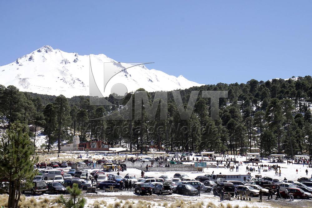 ZINACANTEPEC, Mex.- Docenas de Turistas aprovecharon el fin de semana para acudir a disfrutar el paisaje nevado que ofrece el volc&aacute;n Xinantecatl, largas filas de carros se pudieron observar  desde la entrada del parque de los Venados, en donde los visitantes disfrutaron de la nieve y el buen clima que impera en estos d&iacute;as. Agencia MVT / Crisanta Espinosa. (DIGITAL)<br /> <br /> NO ARCHIVAR - NO ARCHIVE