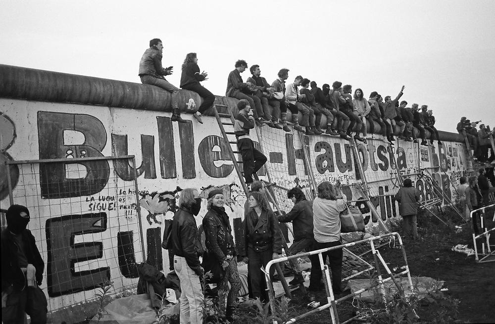 """Germany - Deutschland - BERLIN - KUBAT Dreieck; Lennè-Dreieck, Potsdamer Platz; Besetzuung und Errichtung eines freien Lebensraums; Räumung am 01. Juli 1988 durch die Polizei; ca 180 Besetzer """"flüchteten"""" über die Mauer in die DDR; HIER: am Morgen der Räumung, 01.07.1988; © Christian Jungeblodt"""