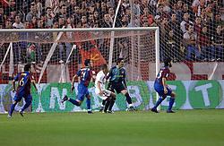 03-03-2007 VOETBAL: SEVILLA FC - BARCELONA: SEVILLA  <br /> Sevilla wint de topper met Barcelona met 2-1 / Victor Valdes - boarding unibet.com<br /> &copy;2006-WWW.FOTOHOOGENDOORN.NL