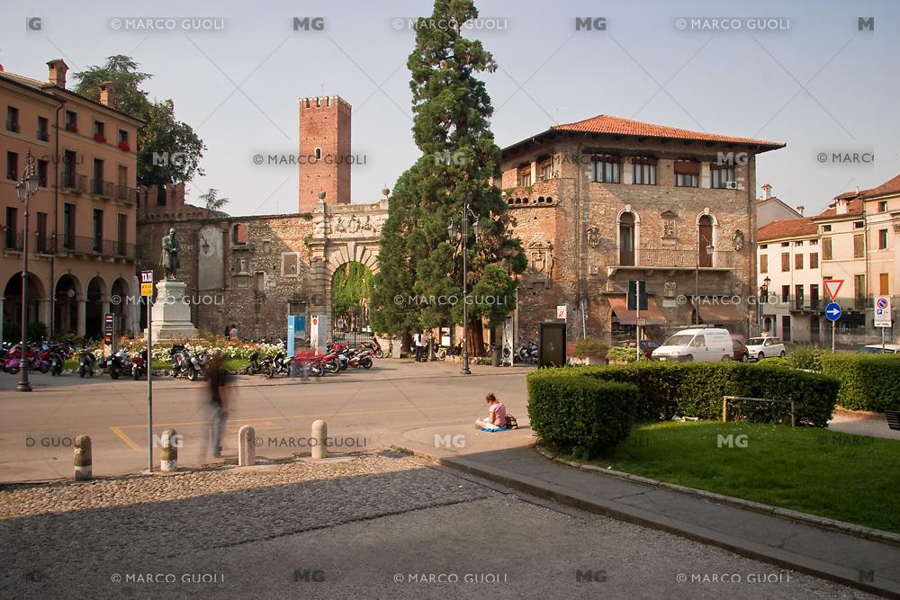 VICENZA, CENTRO STORICO, ENTRATA DEL TEATRO OLIMPICO (architetto Andrea Palladio 1580) E PIAZZA MATTEOTTI, VENETO, ITALIA