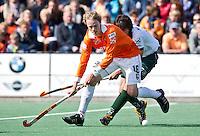 BLOEMENDAAL - HOCKEY - Tim Jenniskens van Bl'daal  tijdens de play offs hoofdklasse hockeywedstrijd tussen de mannen van Bloemendaal en Rotterdam (1-4) . Rotterdam door naar de finale. FOTO KOEN SUYK