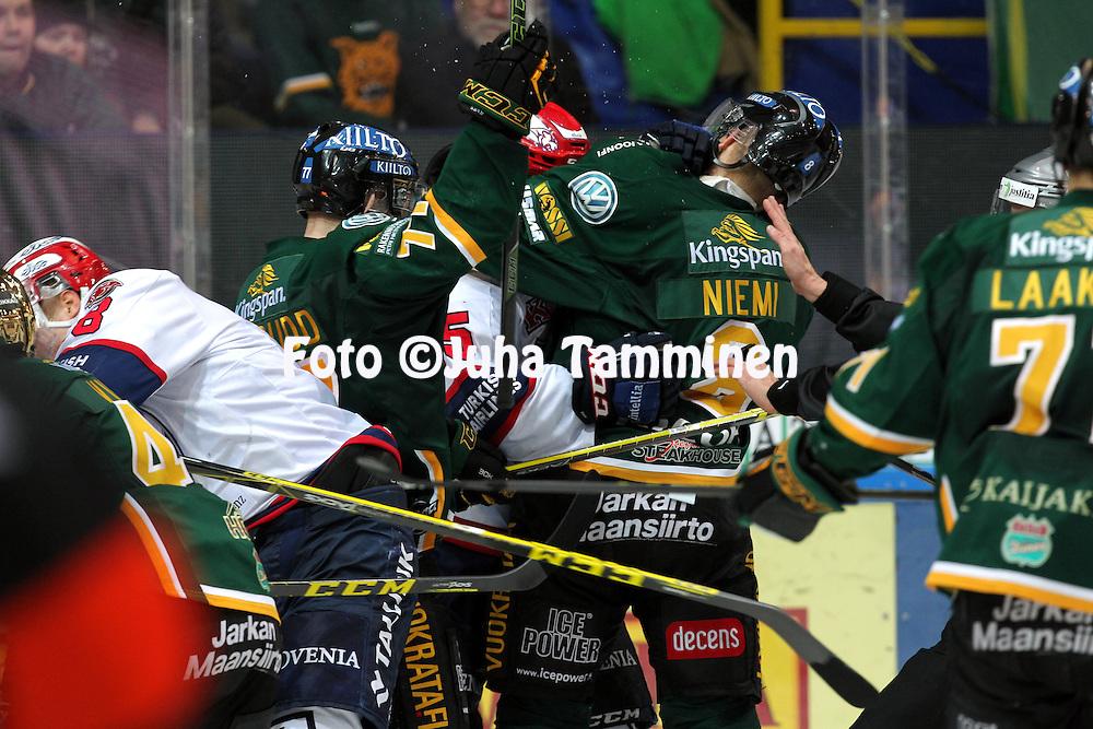 18.12.2015, Hakamets&auml;n halli, Tampere.<br /> J&auml;&auml;kiekon SM-liiga 2015-16. Ilves - HIFK.<br /> Tappelu kaukalossa.
