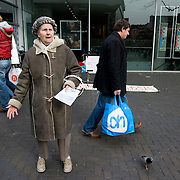 Nederland Rotterdam 15 maart 2008 20080315.Oude vrouw predikt evangelische boodschap op lijnbaan aan willekeurige voorbijgangers..Foto David Rozing