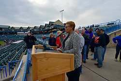 Camden Major Donna Redd welcome runners to the 2015 edition of Run the Bridge. (Bastiaan Slabbers/for PhillyVoice)