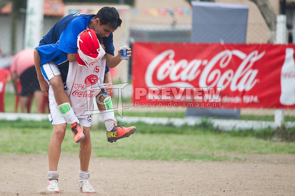 Lance da partida entre Mixto e Bom de Bola válida pela Copa Coca-Cola 2013 na Praça Cândico de Menezes, em Porto Alegre. Foto: Vinícius Costa/ Preview.com