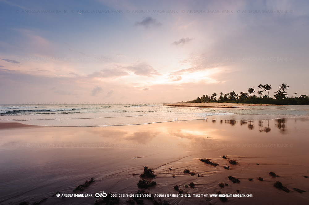 Pôr do sol paradisíaco na Ilha do Mussulo do lado da baía em maré alta (perto do Buraco). Província de Luanda, Angola