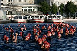 Triathlon: Hamburg City Man 2006, Jedermaenner, Schwimmen, Start am Jungfernstieg, Binnenalster, Alster, Vorbereitung, Startvorbereitung, Gruppe, Schwimmer, Freizeitsport, Freizeitsportler, Alsterdampfer, Mehrkampf, Sport, Sportler, Schwimmer, Massenstart, Freude, Spass,