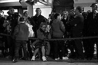 I riti della Settimana Santa a Taranto, Processione dei Misteri, la folla aspetta con ansia L'arrivo delle Statue.