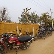 Motos et vélos des élèves du Bhiwani Boxing Club, déhors du complexe de l'école à Bhiwani, petite ville rurale dans l'état de l'Haryana (Inde du nord)