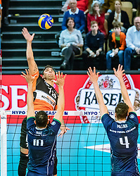 17.04.2019, Olympiahalle Innsbruck, Innsbruck, AUT, VBL, Deutsche Volleyball Bundesliga, HYPO Tirol Alpenvolleys Haching vs Berlin Recycling Volleys, Halbfinale, 3. Spiel, im Bild v.l.: Benjamin Patch (Berlin), Hugo De Leon Guimaraes da Silva (Tirol), Matthew Pollock (Tirol) // during the German Volleyball Bundesliga (VBL) 3rd semifinal match between HYPO Tirol Alpenvolleys Haching and Berlin Recycling Volleys at the Olympiahalle Innsbruck in Innsbruck, Austria on 2019/04/17. EXPA Pictures © 2019, PhotoCredit: EXPA/ JFK