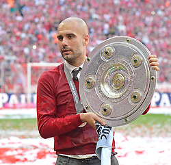 10.05.2014, Allianz Arena, Muenchen, GER, 1. FBL, FC Bayern Muenchen vs VfB Stuttgart, 34. Runde, im Bild Trainer Josep Pep Guardiola FC Bayern Muenchen mit Meisterschale stolz // during the German Bundesliga 34th round match between FC Bayern Munich and VfB Stuttgart at the Allianz Arena in Muenchen.<br /> ***NETHERLANDS ONLY***