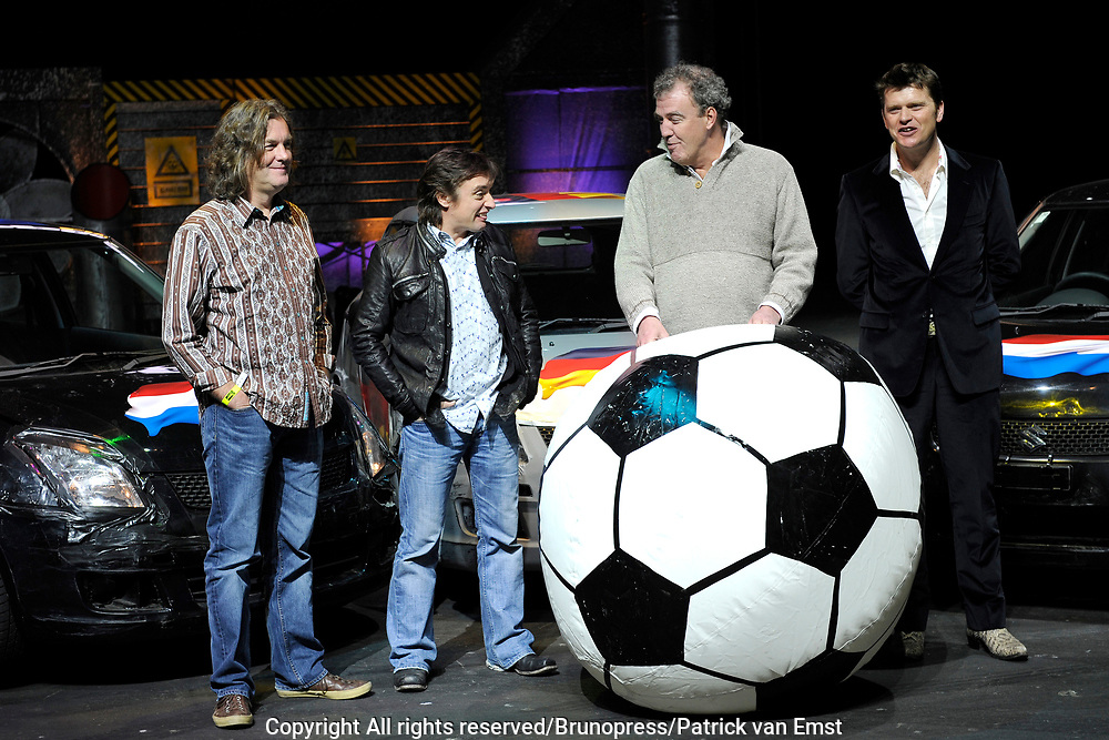 Top Gear Live World Tour in de RAI .<br /> <br /> op de foto:<br /> <br />  De presentatoren van Top Gear  Jeremy Clarkson , Richard Hammond , James May en de nederlandse presentator Beau van Erven Dorens
