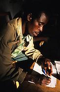 Burundi<br /> Le responsable d'une association de planteurs de caf&eacute;, dans le nord du Burundi, fait le compte des remboursements d'un micro-cr&eacute;dit par les membres de son groupement.