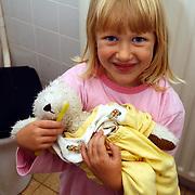 Diana Janssen met Flip op bezoek, kind met beer, tanden poetsen