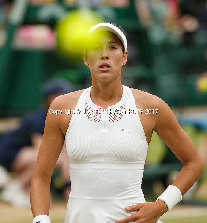 Balljunge wirft Ball zu GARBI&Ntilde;E MUGURUZA (ESP), Endspiel, Final,<br /> <br /> Tennis - Wimbledon 2016 - Grand Slam ITF / ATP / WTA -  AELTC - London -  - Great Britain  - 15 July 2017.