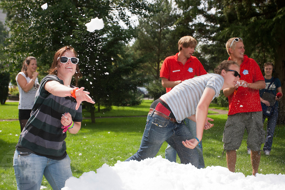 Tijdens de Utrechtse IntroductieTijd (UIT) houden de nieuwe studenten van de Universiteit Utrecht een groot sneeuwballengevecht.<br /> <br /> New students of the Utrecht University are having a fight with snowballs during the Utrecht Introduction Time (UIT).
