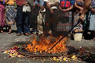 Integrantes de la Asociacion Justicia y Reconciliacion llevan a cabo una ceremonia Maya frente a la Torre de Tribunales, Ciudad de Guatemala, durante una audiencia en el caso por genocidio que se lleva contra miembros del alto mando militar del General retirado Jose Efrain Rios Montt, ex-jefe de Estado (1982-1983).  El Juez Miguel angel Galvez debe resolver un total de trece incidentes interpuestos por la defensa de los militares retirados. Photo: Graham Charles Hunt.IMAGENES LIBRES