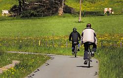 THEMENBILD - Freizeitsportler fahren auf ihren Fahrrädern auf einem Radweg. Im Hintergrund grasen Kühe auf einer Weide, aufgenommen am 23. Mai 2019, Kaprun, Österreich // Recreational athletes ride their bicycles on a cycle path. In the background cows graze on a pasture on 2019/05/23, Kaprun, Austria. EXPA Pictures © 2019, PhotoCredit: EXPA/ Stefanie Oberhauser