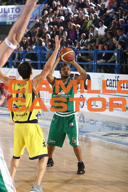 DESCRIZIONE : Porto San Giorgio Lega A 2009-10 Sigma Coatings Montegranaro Montepaschi Siena<br /> GIOCATORE : Terrell Mc Intyre<br /> SQUADRA : Montepaschi Siena<br /> EVENTO : Campionato Lega A 2009-2010 <br /> GARA : Sigma Coatings Montegranaro Montepaschi Siena<br /> DATA : 18/04/2010<br /> CATEGORIA : passaggio<br /> SPORT : Pallacanestro <br /> AUTORE : Agenzia Ciamillo-Castoria/C.De Massis<br /> Galleria : Lega Basket A 2009-2010 <br /> Fotonotizia : Porto San Giorgio Lega A 2009-10 Sigma Coatings Montegranaro Montepaschi Siena<br /> Predefinita :