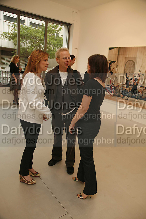 Louise Wilson, James Lingwood and Jane Wilson, Jane and Louise Wilson,-'The New Brutalists' Lisson Gallery. Bell st. Collectors opening. 15 May 2006.  ONE TIME USE ONLY - DO NOT ARCHIVE  © Copyright Photograph by Dafydd Jones 66 Stockwell Park Rd. London SW9 0DA Tel 020 7733 0108 www.dafjones.com