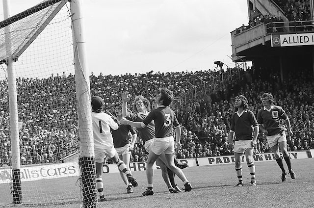 Players watch as the ball goes over the bar during the All Ireland Senior Gaelic Football Championship Final Dublin V Galway at Croke Park on the 22nd September 1974. Dublin 0-14 Galway 1-06.