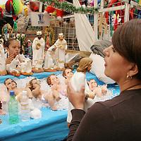 Toluca, Mex.- Comerciantes del mercado 16 de Septiémbre comienzan a poner a la venta las tradicionales figuras para los nacimientos, en ya próxima temporada navideña. Agencia MVT / Arturo Rosales Chávez. (DIGITAL)<br /> <br /> NO ARCHIVAR - NO ARCHIVE