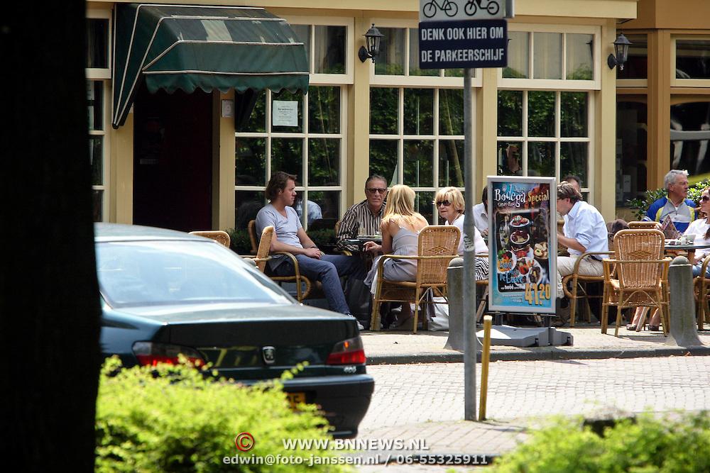 NLD/Laren/20080606 - John de Mol Sr. en partner hannie op een terras genietend van de zon