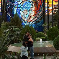 Toluca, México.- El Jardín Botánico Cosmovitral fue una opción para visitar en este día de descanso para algunos paseantes. Agencia MVT / Crisanta Espinosa