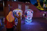 Malaisie, état de Malacca, Malacca, Centre historique, patrimoine Mondial de l'Unesco, place de la ville, trishaw, cyclo-pousse malais orné de fleurs // Malaysia, Malacca state, Malacca, Unesco Wold Heritage, City square, trishaw, cycle taxi by night
