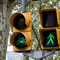 Semáforo verde para bicletas y peatones. Green bicycle and pedestrian traffic lights. Barcelona, España