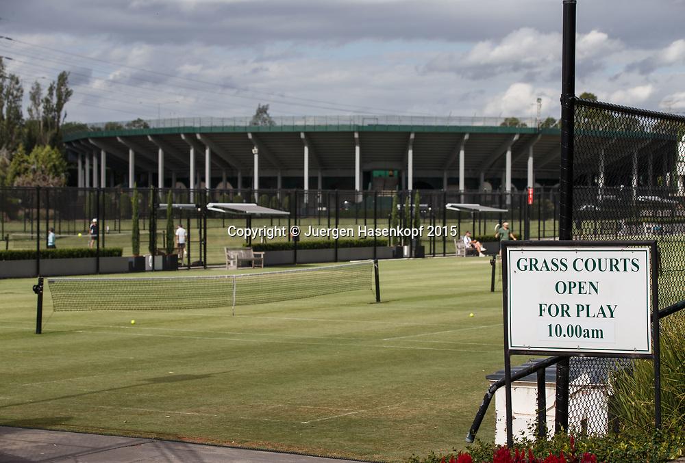 Kooyong Lawn Tennis Club existiert seit 1892 in Kooyong<br /> Rasenplaetze und das alte Stadion im Hintergrund.