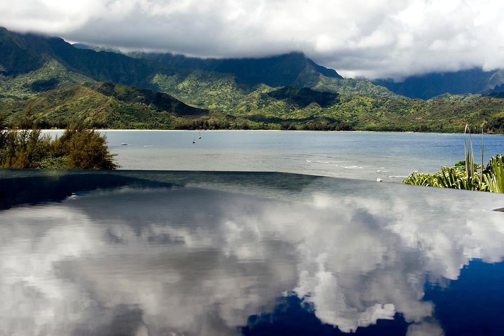 A Princeville Resort pond reflect the clouds over Kauai mountains.<br /> Las nubes sobre las monta&ntilde;as de Kauai (Hawai) se reflejan en un estanque en el hotel Princeville Resort.