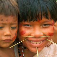 Niña con niño en brazos de aborigen Yanomami, Amazonas, Venezuela.