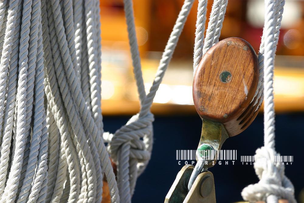 Détails de bateaux classiques. WINCH, PULLEY, DECK, TECK : THE ART OF CLASSIC YACHTS- VOILIERS CLASSIQUE : DETAILS