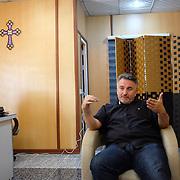 Otec Douglas, chaldejský katolícky kňaz, ktorý vedie farnosť a utečenecký tábor Mar Ellia v meste Erbil v Kurdistane v Iraku. Mar Ellia sa nachádza v kresťanskej štvrti Ankawa a je to bežná farnosť. V parku okolo kostola vznikol utečenecký tábor, v ktorom sú prevažne kresťania z mesta Qaraqosh a niekoľko rodín z miest Mosul a Bartella.
