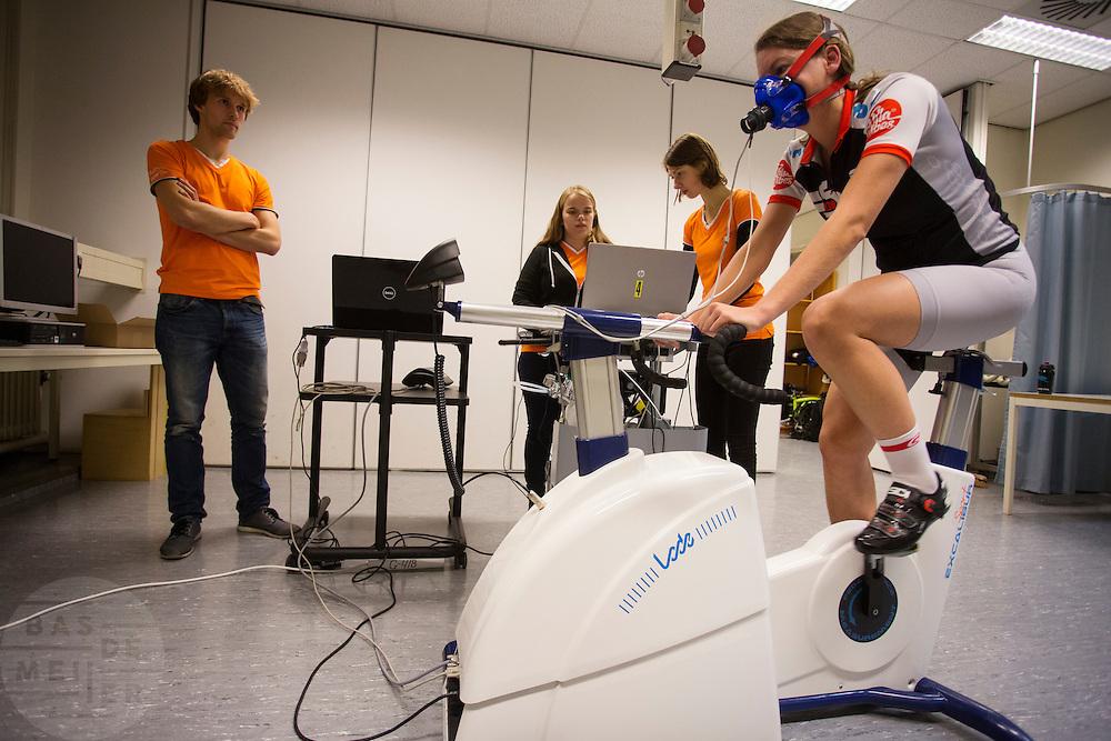 Op de VU in Amsterdam wordt Aniek Rooderkerken getest als rijder voor de Velox. In september wil het Human Power Team Delft en Amsterdam, dat bestaat uit studenten van de TU Delft en de VU Amsterdam, tijdens de World Human Powered Speed Challenge in Nevada een poging doen het wereldrecord snelfietsen voor vrouwen te verbreken met de VeloX 7, een gestroomlijnde ligfiets. Het record is met 121,44 km/h sinds 2009 in handen van de Francaise Barbara Buatois. De Canadees Todd Reichert is de snelste man met 144,17 km/h sinds 2016.<br /> <br /> At the VU Amsterdam a rider is tested for a record attempt. With the VeloX 7, a special recumbent bike, the Human Power Team Delft and Amsterdam, consisting of students of the TU Delft and the VU Amsterdam, also wants to set a new woman's world record cycling in September at the World Human Powered Speed Challenge in Nevada. The current speed record is 121,44 km/h, set in 2009 by Barbara Buatois. The fastest man is Todd Reichert with 144,17 km/h.