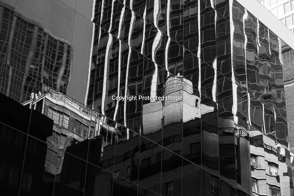 New York , reflection on a mirror tower . reflet sur un building
