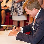 LUX/Luxemburg/20180523 - Staatsbezoek Luxemburg dag 1, Koning Willem Alexander tekent het gastenboek