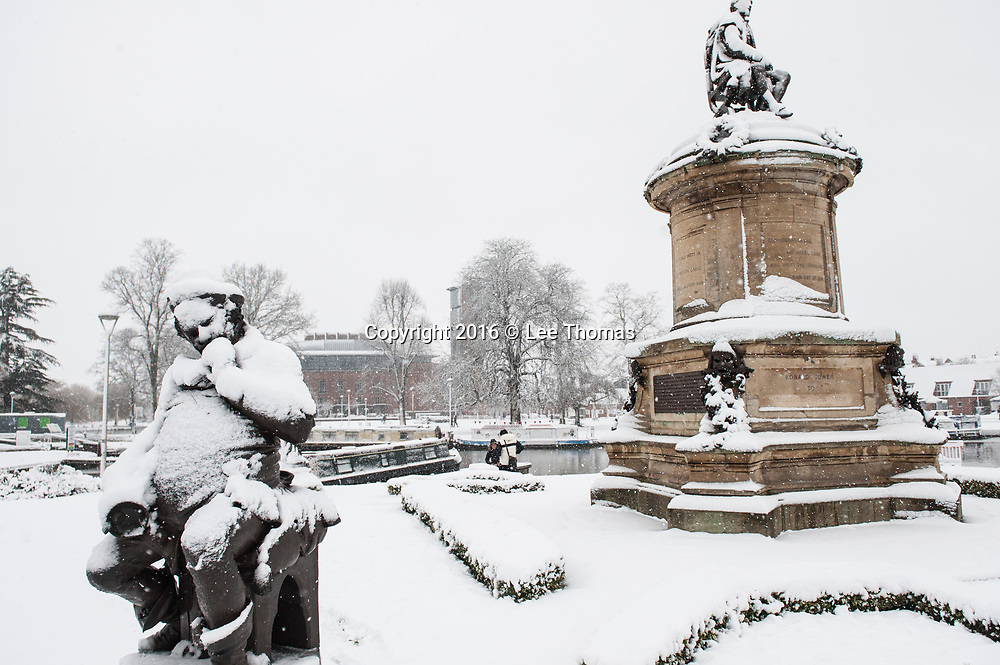 Stratford-Upon-Avon, Warwickshire, UK. 10th December 2017.   Stratford-Upon-Avon wakes up to a blanket of snow with heavy downpours predicted later today. Pictured: A statue of Falstaff is covered in snow. // Lee Thomas, Tel. 07784142973. Email: leepthomas@gmail.com  www.leept.co.uk (0000635435)