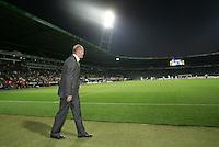 Fussball  UEFA Pokal  Halbfinale  Rueckspiel  Saison 2006/2007 Werder Bremen - Espanyol Barcelona              Trainer Thomas SCHAAF schaut sich die letzten Minuten der 1. Halbzeit von der Torauslinie an.