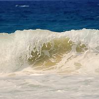 Ola rompiendos en Playa Grande, Choroni, Edo. Aragua, Venezuela