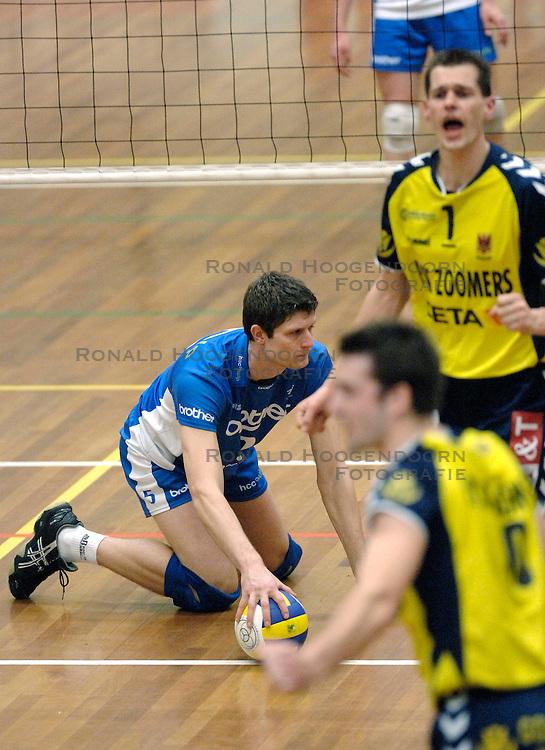 01-02-2006 VOLLEYBAL: PIET ZOOMERS D - BROTHER MARTINUS: APELDOORN <br /> Piet Zoomers wint met 3-0 van Martinus in de kwartfinale beker / Dick de Bruin<br /> &copy;2006-WWW.FOTOHOOGENDOORN.NL