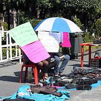 TOLUCA, México.- Comerciantes ambulantes que se instalan en la zona de la terminal, se manifestaron frente a palacio municipal, exhibiendo sus mercancía y exigir se les deje vender sus productos en esa parte de la central camionera. Agencia MVT / José Hernández. (DIGITAL)