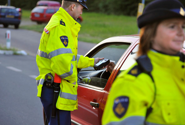 Nederland, Ubbergen, 12-5-2011Op de grens tussen duitsland en nederland bij Beek Ubbergen voert de politie een verkeerscontrole uit. bestuurders moeten blazen voor alkohol. Ook wordt gekeken of er nog openstaande boetes zijn.Foto: Flip Franssen/Hollandse Hoogte