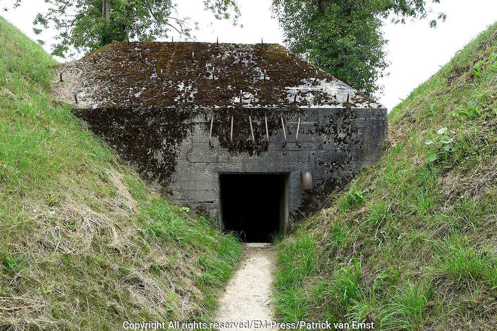 Het Fort Asperen is een fort dat onderdeel was van de Nieuwe Hollandse Waterlinie, en is gelegen ten zuidoosten van Asperen in de gemeente Lingewaal in de Nederlandse provincie Gelderland. Het torenfort is gelegen lang langs een dijk die een doorgang (acces) in de Waterlinie is.<br /> <br /> The Fort Asperen is a fort that was part of the New Holland Waterline, and is located southeast of Asperen in the municipality of Lingewaal in the Dutch province of Gelderland. The tower fort is located long along a dike which is a passageway (access) in the Waterline.