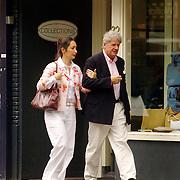 NLD/Laren/20060603 - Willibrord Frequin en partner Susan Rastin winkelend in Laren