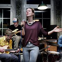 Nederland, Amsterdam , 19 januari 2014.<br /> Café de Prins (prinsengracht 124), waar een muzieksessie band Hungry Wolf met muzikante Eveline Vroonland wordt gehouden<br /> <br /> Foto:Jean-Pierre Jans