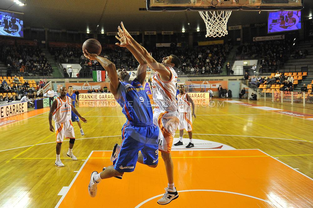 Udine, 19/12/2010..PalaCarnera. Campionato di Basket LegaDue 2010/11.  Regular Season. .Snaidero Udine vs Fastweb Casale Monferrato..Nella foto: Oluoma Nnamaka vs Luigi Dordei..Foto di Simone Ferraro